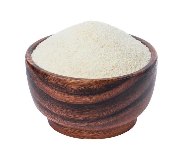 Semolino in ciotola di legno isolata su bianco