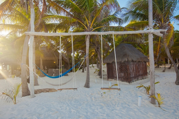 Semplice altalena in legno in un bell'albergo su una spiaggia esotica