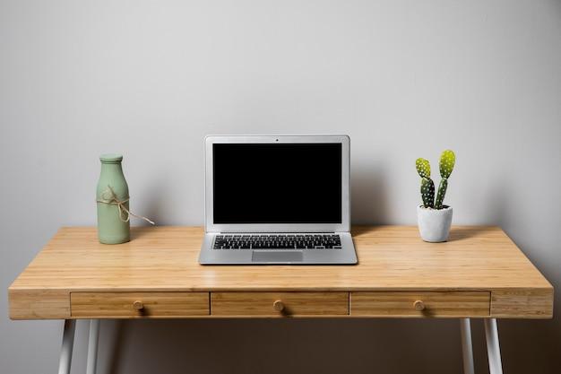Semplice e ordinato concetto di scrivania in legno