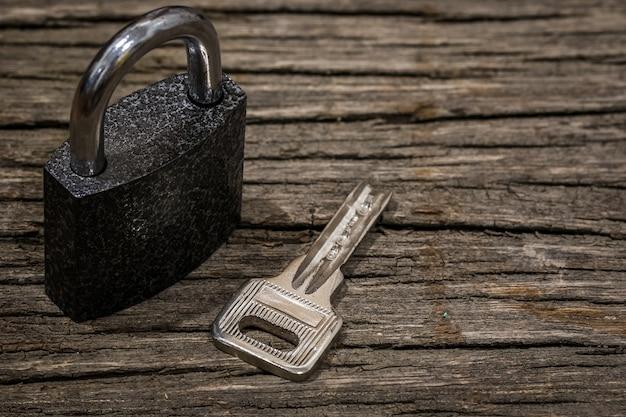 Semplice normale serratura e portachiavi sul tavolo di legno con lo spazio della copia