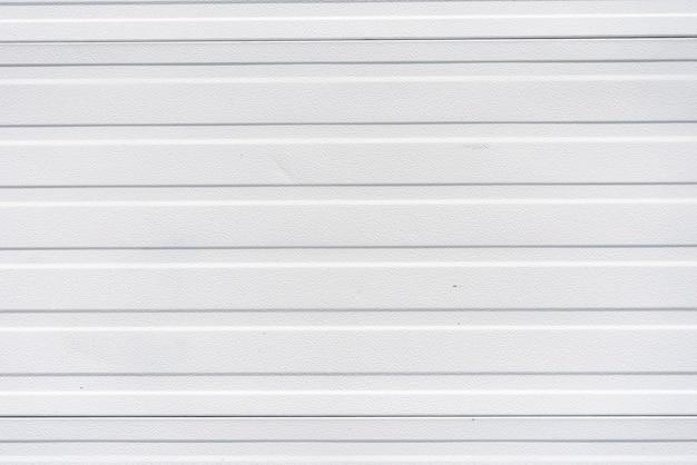 Semplice parete in pannelli di metallo bianco