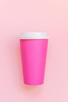 Semplicemente piatto design laico tazza di caffè in carta rosa pastello rosa colorato alla moda