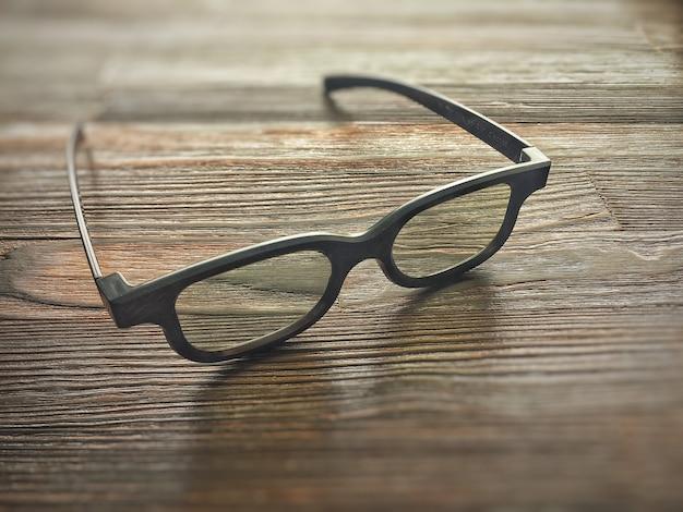 Semplici occhiali 3d su un tavolo di legno