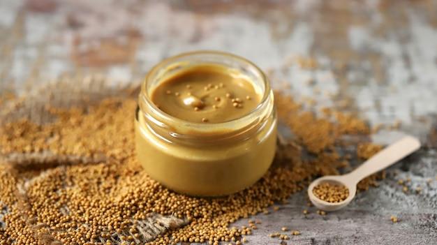 Senape naturale in barattolo. granelli di senape. senape fatta in casa senape biologica messa a fuoco selettiva.