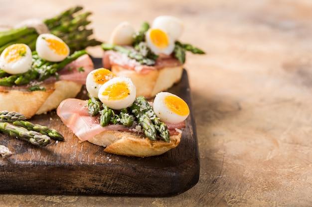 Sendwich fresco con prosciutto, asparagi e uova di quaglia