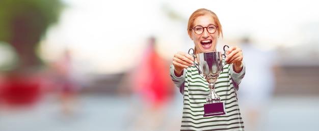 Senior bella donna con un trofeo