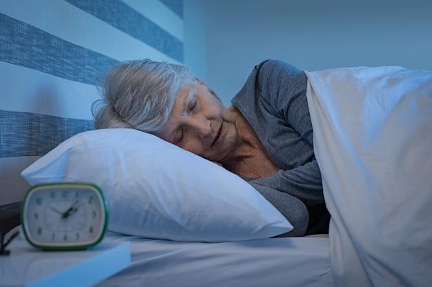 Senior donna che dorme