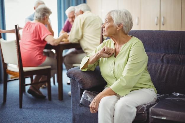Senior donna seduta su un divano