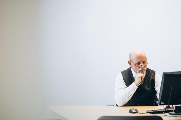 Senior manager presso l'ufficio che lavora su un computer