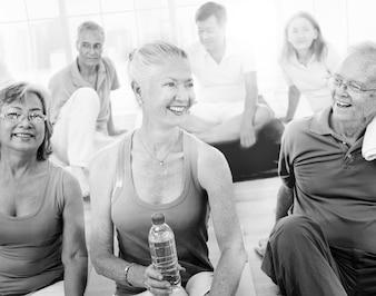 Senior persone in buona salute in palestra