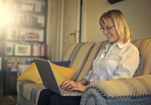 Senior signora che lavora su un computer portatile
