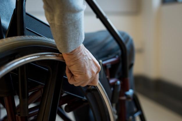 Senior su sedia a rotelle