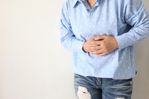 Sensazione di dolore della giovane donna con il suo mal di stomaco