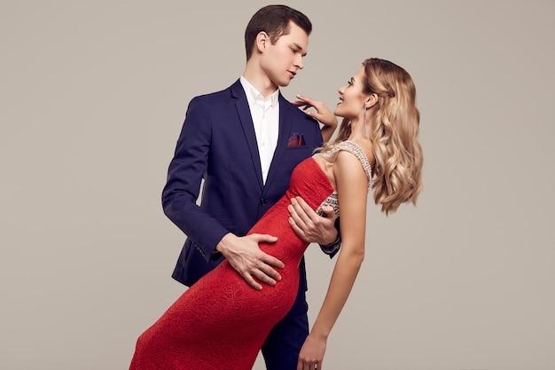 Sensuale bella giovane coppia vestita in abiti formali