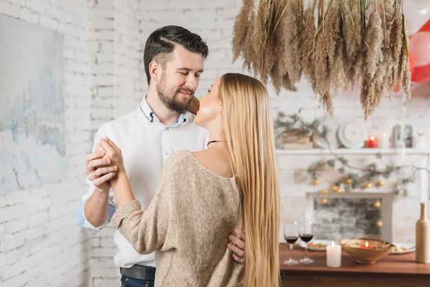 Sensuale giovane coppia ballare a casa