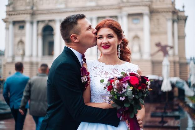Sensuale ritratto di giovane coppia. fotografia di matrimonio all'aperto