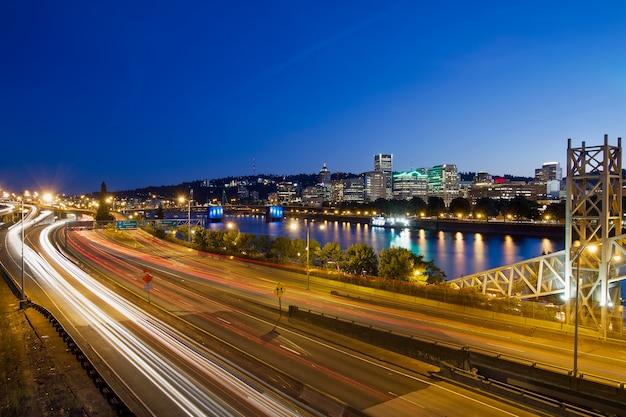 Sentieri della luce della superstrada della città di portland oregon