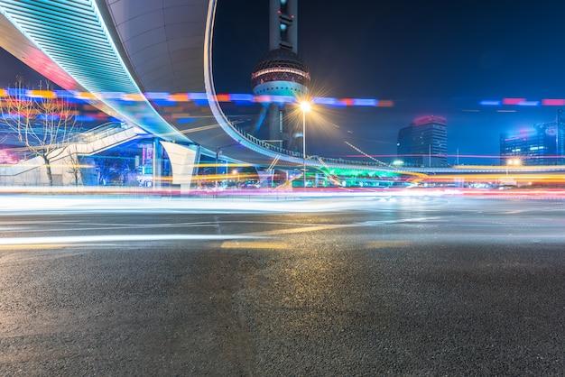 Sentieri di traffico sfocato su strada