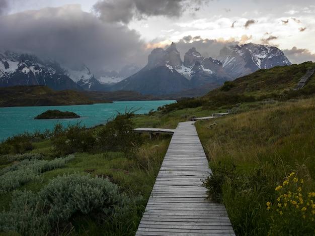 Sentiero costiero al lago pehoe, parco nazionale di torres del paine, patagonia, cile