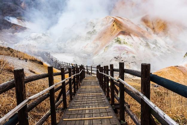 Sentiero escursionistico della valle dell'inferno di jigokudani, noboribetsu