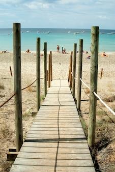 Sentiero in legno sulla spiaggia