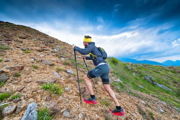 Sentiero in montagna atleta durante l'allenamento