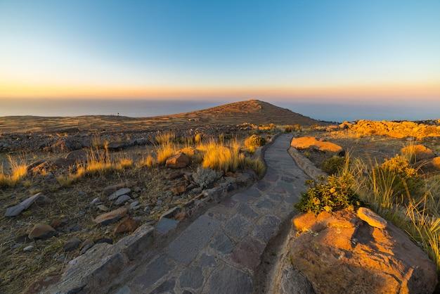 Sentiero inca sull'isola di amantani, lago titicaca, perù