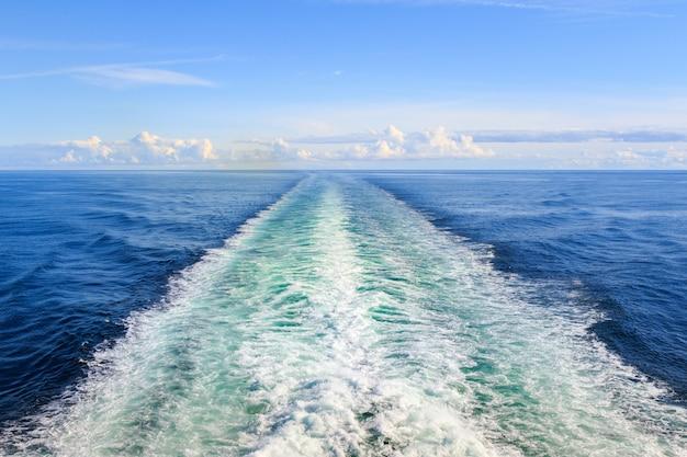 Sentiero sulla superficie dell'acqua dietro il traghetto