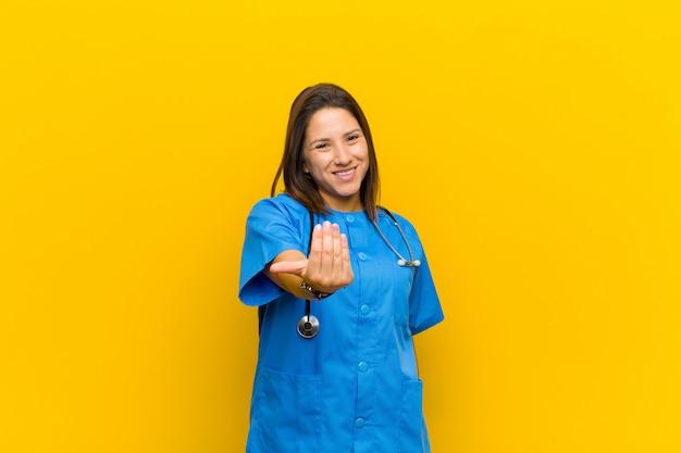 Sentirsi felici, di successo e fiduciosi, affrontare una sfida e dire portarla avanti! o darti il benvenuto isolato contro il muro giallo