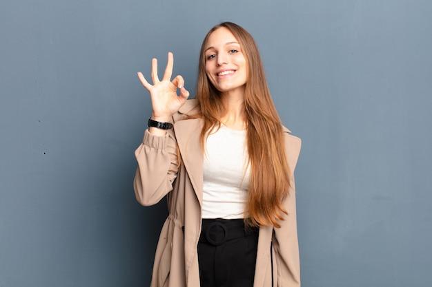 Sentirsi felici, rilassati e soddisfatti, mostrando approvazione con gesto ok, sorridendo