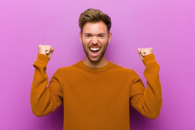 Sentirsi felici, sorpresi e orgogliosi, gridando e celebrando il successo con un grande sorriso