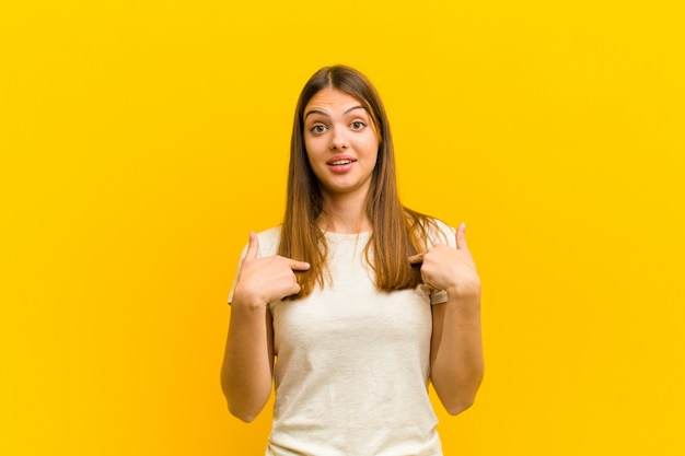 Sentirsi felici, sorpresi e orgogliosi, indicando se stessi con uno sguardo eccitato e stupito
