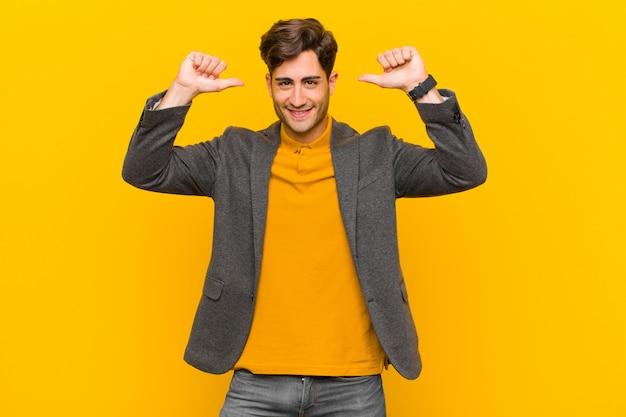 Sentirsi orgogliosi, arroganti e sicuri, sembrare soddisfatti e di successo, indicando se stessi