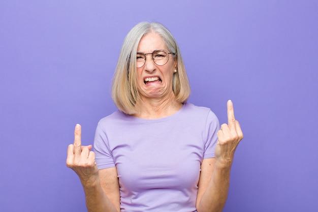 Sentirsi provocatori, aggressivi e osceni, lanciando il dito medio, con un atteggiamento ribelle