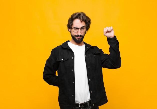 Sentirsi seri, forti e ribelli, alzare il pugno, protestare o lottare per la rivoluzione