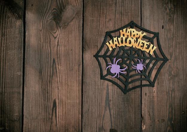 Sentivo figure del web, ragno per le vacanze di halloween su un marrone