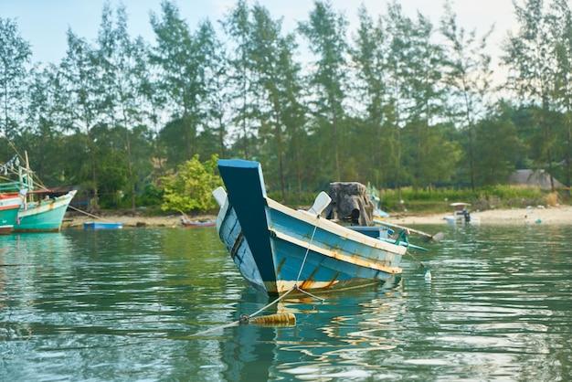 Senza persone trasporto giornata di pesca al tramonto