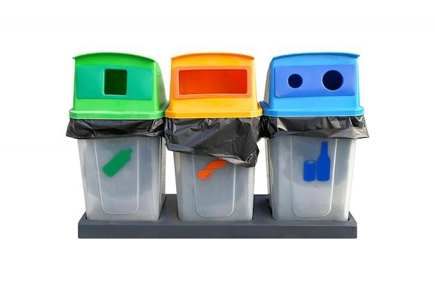 Separazione dell'immondizia del bidone riciclata su uno sfondo bianco