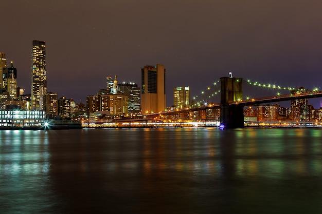 Sera di notte dell'orizzonte degli edifici di manhattan di new york city