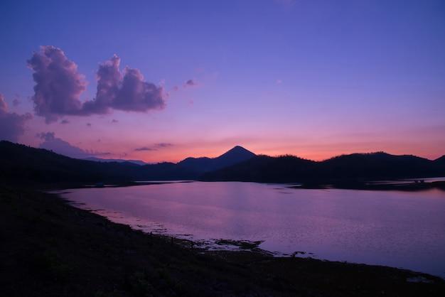 Sera porpora del lago del paesaggio di colore del tramonto del fiume del cielo di sera