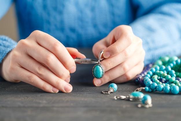 Serata di tempo libero a fare perline. hobby di lavoro a casa per il tempo libero della donna