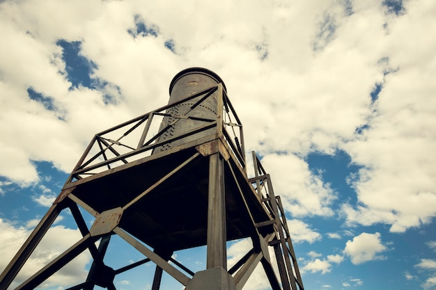 Serbatoio dell'acqua nella struttura di ferro con il cielo