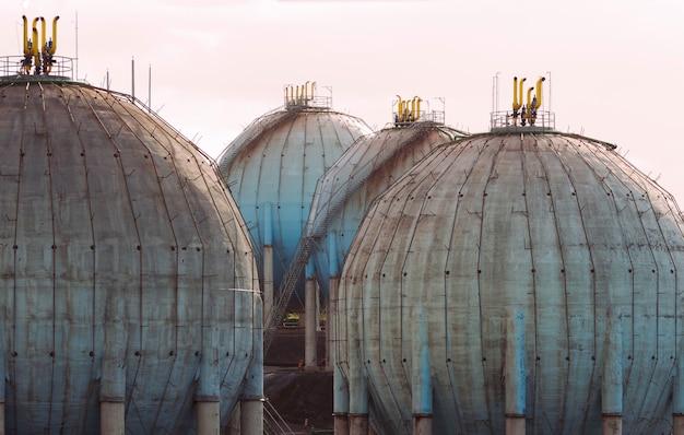 Serbatoio di gas naturale sferico nell'industria petrolchimica alla luce del giorno, gijon, asturie, spagna.