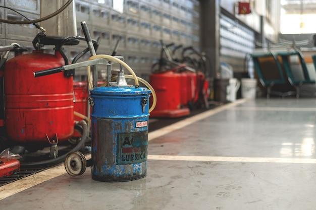Serbatoio di oli lubrificanti nel garage con soft focus e luce sullo sfondo