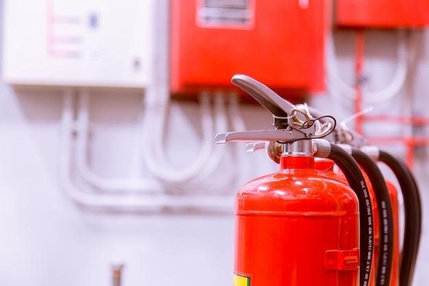 Serbatoio rosso di estintore panoramica di un potente impianto antincendio industriale.