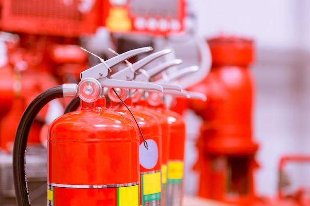 Serbatoio rosso di estintore panoramica di un potente sistema antincendio industriale.