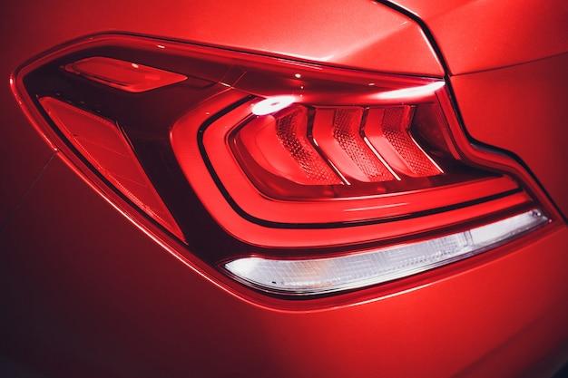Serie dei dettagli dell'automobile: fanali posteriori rossi dell'automobile del primo piano