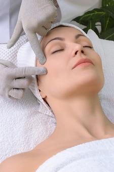 Serie di salone di bellezza. massaggio facciale