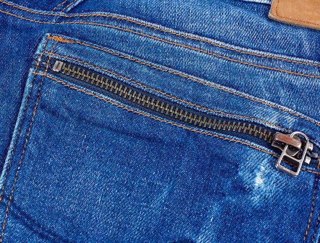 Serpente di ferro sulla tasca posteriore dei jeans blu, full frame