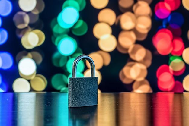 Serratura e chiave con luci colorate sfocate